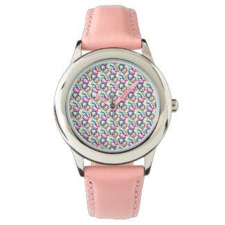 Reloj multicolor del modelo de los círculos que se