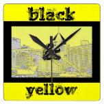 reloj negro y amarillo