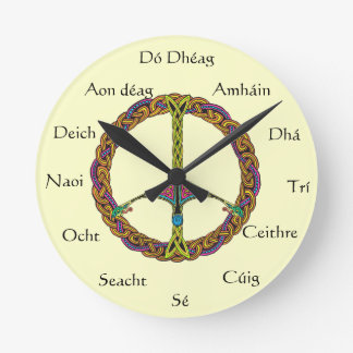 Reloj numerado irlandés con el signo de la paz