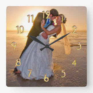 Reloj numérico dorado de la plantilla de la foto