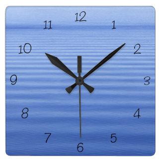 Reloj ondulado azul del cuadrado del agua
