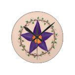 Reloj púrpura del pentagram de la flor