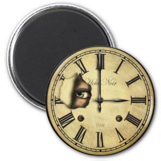Reloj que mira alrededor de los imanes del refrige imanes de nevera