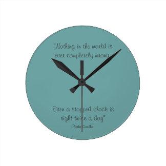 Reloj redondo con la cita de Paulo Coelho