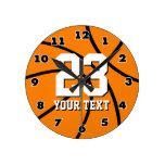 Reloj redondo del baloncesto con número y el texto