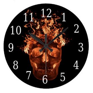Reloj redondo del cráneo llameante anaranjado