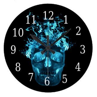 Reloj redondo del cráneo llameante azul
