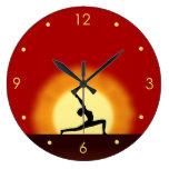 Reloj redondo grande de la silueta de la actitud d