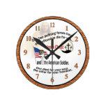 Reloj redondo medio del Jesucristo y del soldado a