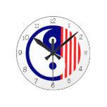 Reloj redondo rojo, blanco y azul de Yin Yang