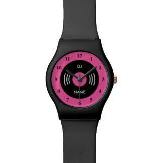 Reloj retro rosado de neón con el dial del
