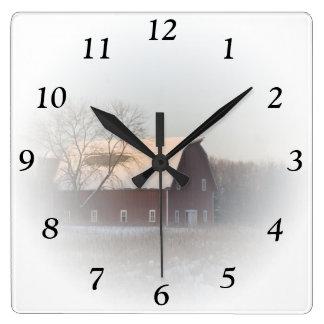 Reloj rojo del cuadrado del granero del invierno