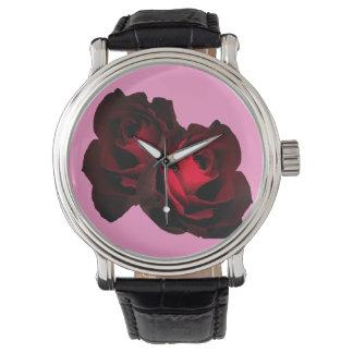 Reloj rojo oscuro de dos rosas