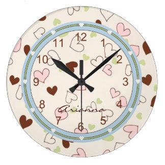 Reloj rosado de la impresión de los corazones del