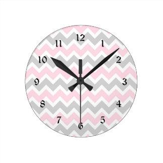 Reloj rosado y gris del cuarto de niños de la niña
