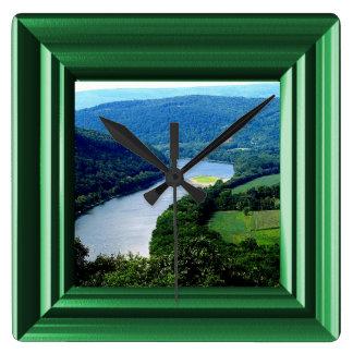 Reloj sin fin de la foto del río de las montañas d
