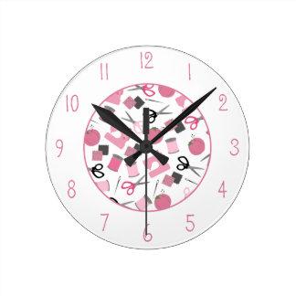 Reloj temático de costura rosado