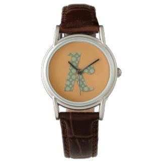 Reloj verde y amarillo de la letra K del monograma