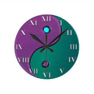 Reloj verde y púrpura del número romano de Yin-Yan