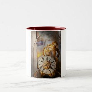 Relojero - una mirada detrás a tiempo taza de dos tonos