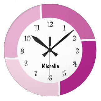 Relojes de pared rosados del monograma