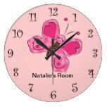 Relojes femeninos rosados de la mariposa