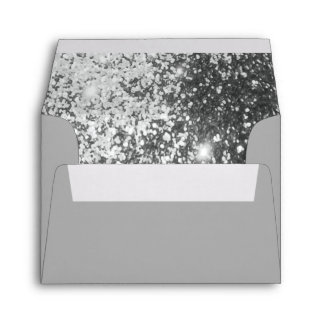 Reluciente de plata alineado dentro sobres