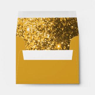 Reluciente del oro alineado dentro sobres