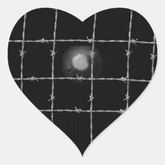 Remaches y alambre de púas del negro pegatina en forma de corazón