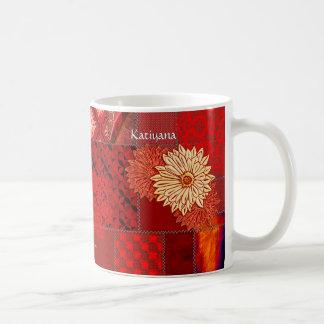 Remiendo en el rojo (taza personalizada) taza básica blanca
