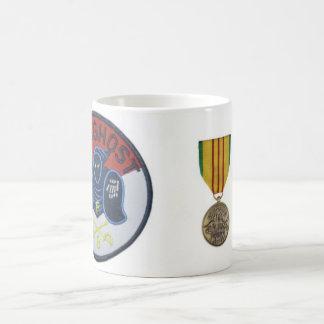 Remiendo y medalla al servicio azules del fantasma taza clásica