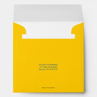 Remite amarillo suave cuadrado del sobre