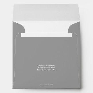 Remite gris oscuro cuadrado del sobre