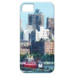 Remolcador contra el horizonte de Manhattan iPhone 5 Carcasas