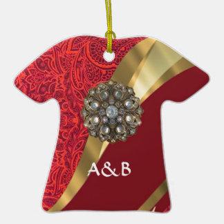 Remolino rojo del damasco y del oro adorno de cerámica en forma de camiseta