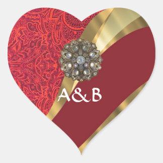 Remolino rojo del damasco y del oro pegatina en forma de corazón