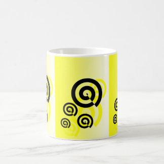 Remolinos amarillos y negros gráficos en una taza