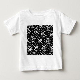 Remolinos blancos y negros y puntos t-shirt