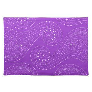 remolinos de la púrpura y del blanco mantel