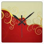 Remolinos de oro elegantes en rojo y crema reloj