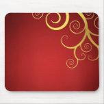 Remolinos de oro en de color rojo oscuro alfombrilla de ratón