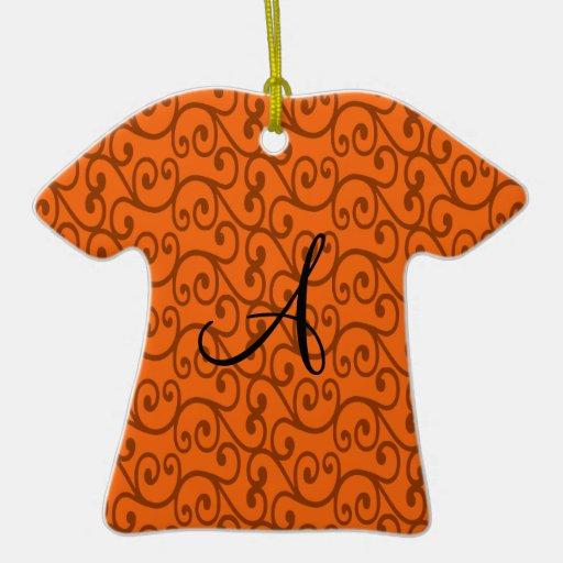 Remolinos del naranja del monograma adorno de cerámica en forma de playera