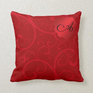 Remolinos del rojo del monograma almohada