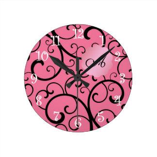 Remolinos del rosa del monograma relojes de pared