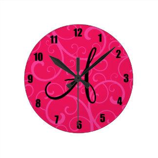 Remolinos del rosa del monograma reloj de pared