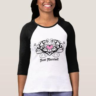 Remolinos elegantes y corazones apenas casados camisas