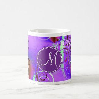 Remolinos florales púrpuras iniciales de encargo taza clásica