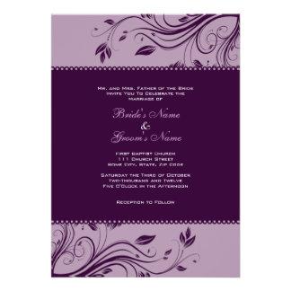 Remolinos florales púrpuras que casan la invitació anuncios personalizados