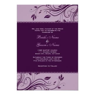"""Remolinos florales púrpuras que casan la invitación 5"""" x 7"""""""