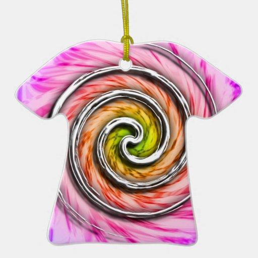 Remolinos rosados del huracán adorno de cerámica en forma de camiseta